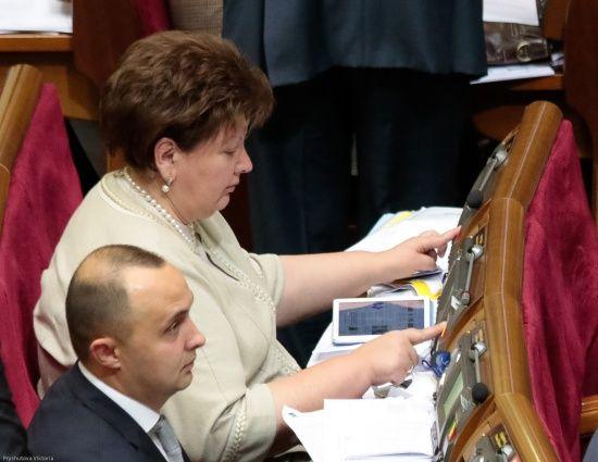 """""""Встигав натиснути до десяти кнопок"""": депутати пояснили, чому масове голосування за колег у ВР триватиме"""