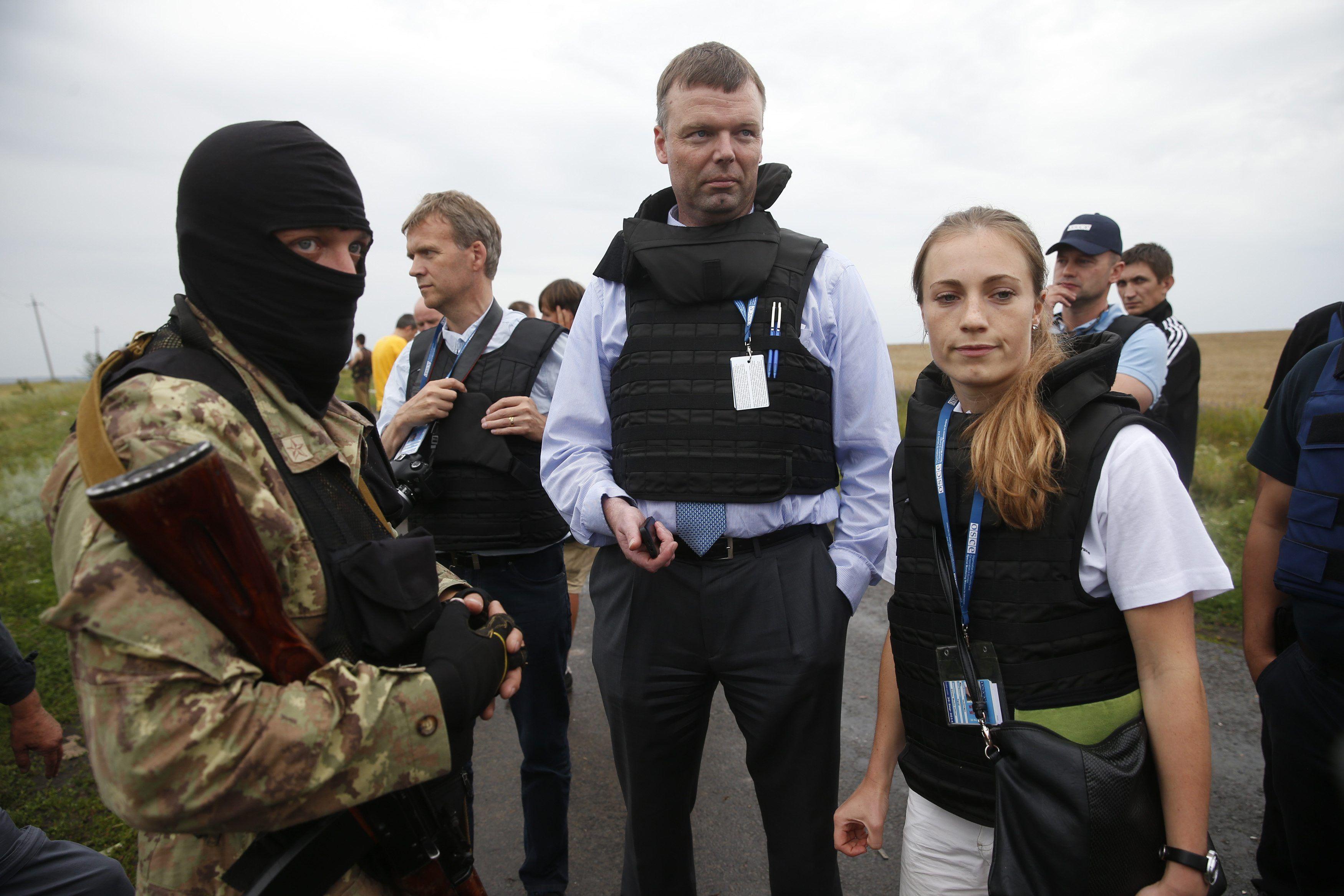 Терористи та місія ОБСЄ біля уламків Boeing_2