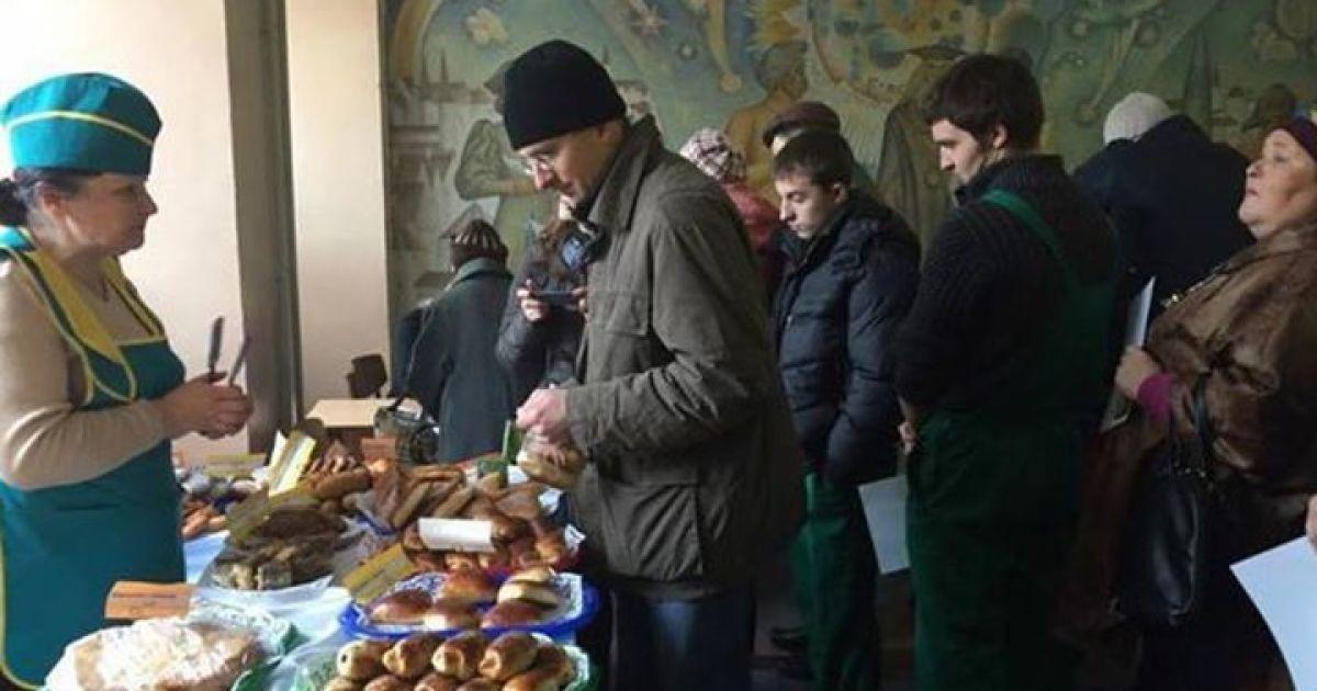 """У Донецьку """"голосують за пиріжки"""" @ facebook.com/oleksiy.matsuka"""