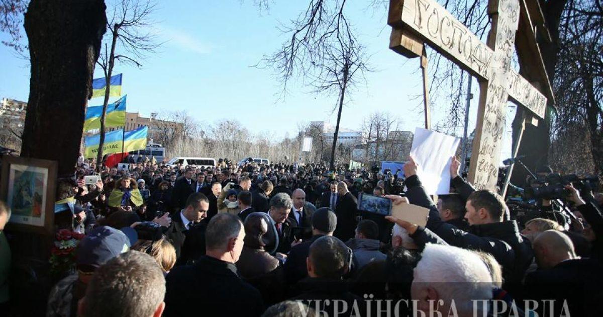 На Інститутській у Києві сьогодні вшановують Небесну Сотню та відзначають першу річницю Євромайдану @ Українська правда