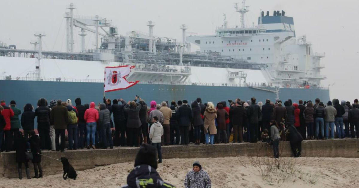 Зустріти танкер із норвезьким газом у порт прийшло чимало литовців @ yaplakal