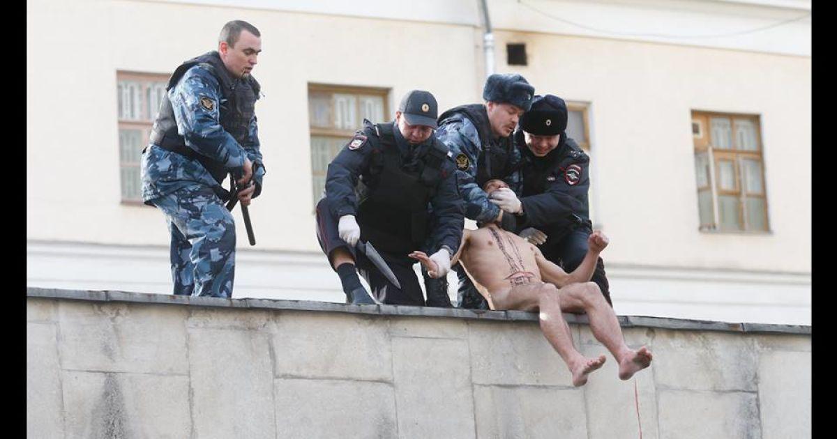Голий Павленський відрізав собі мочку вуха кухонним ножем. @ facebook.com/oxanashalygina