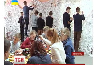 У кіровоградському ліцеї учні поміж уроками плетуть маскувальні сітки для АТО