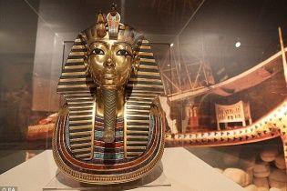 Золотая маска Тутанхамона могла предназначаться царице Нефертити