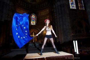 """В Страсбурге полуобнаженная активистка """"Femen"""" взобралась на алтарь собора"""