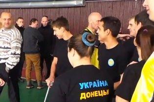 """Відважні жителі Донецька прийшли на зустріч із ватажком """"ДНР"""" в одязі з проукраїнськими надписами"""