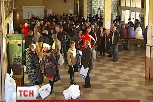 На Київщині члени комісій другу ніч мерзнуть у черзі під ОВК, намагаючись здати протоколи