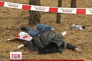 Під Києвом у лісі знайшли труп студента, який загадково лежав на політичному плакаті