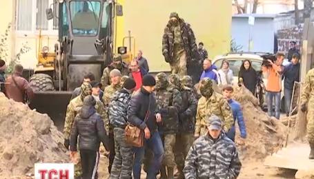 Киевляне с улицы Олевской борются с незаконным строительством в собственном дворе