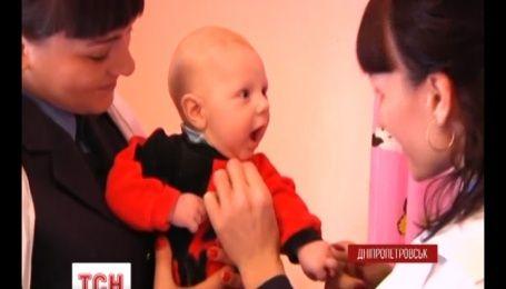 На Днепропетровщине непутевая мать оставила младенца на капоте чужой машины