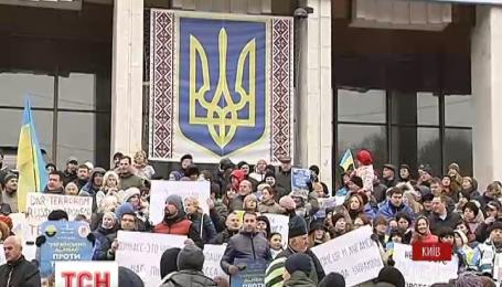 Переселенці з Донбасу вийшли на акції протесту проти фарсових виборів