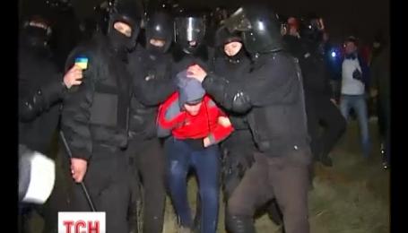 Парни в балаклавах вступили в столкновение с милицией из-за строительства торгового центра