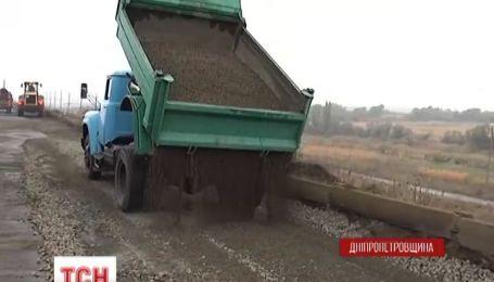 Дорогу вблизи Орджоникидзе наконец взялись ремонтировать