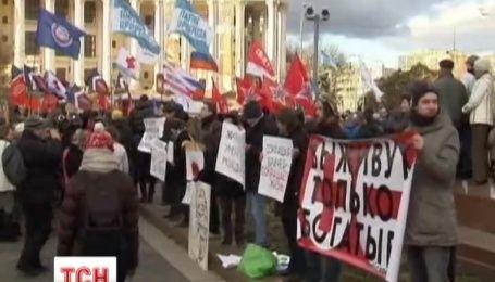 Гроші на медицину, а не на війну із таким закликом на вулиці Москви вийшли медики