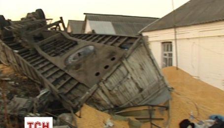 В Черкасской области грузовик с кукурузой снесла забор и перевернулась во дворе частного дома