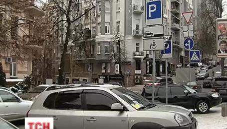 В Киеве вместо парковщиков поставили контролеров, которые будут выписывать штрафы