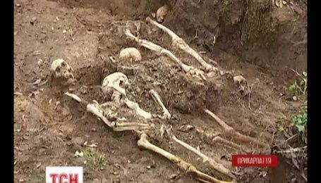 На Прикарпатті пошуковці викопали на подвір'ї лікарні рештки 175 людей
