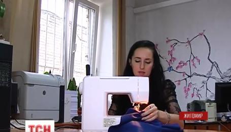 У Житомирі офісні працівниці шиють для бійців АТО балаклави