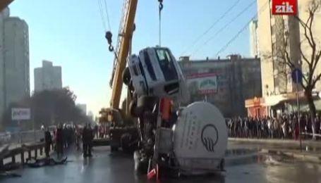 Автоцистерна перекрыла движение на проспекте Победы в Киеве