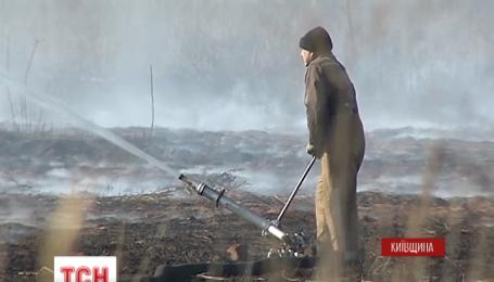 Неподалік столиці вже майже місяць горять торфовища