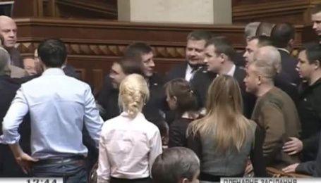 На засіданні Ради під час обговорення комітетів сталася бійка між нардепами