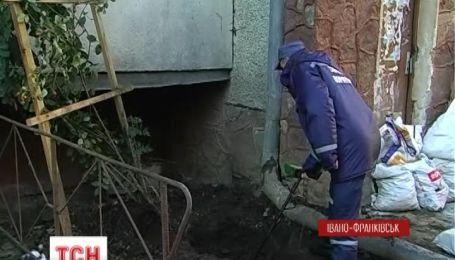 Боевую гранату нашли коммунальщики под стеной жилой многоэтажки в Ивано-Франковске