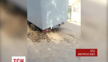 В Ялті автозак із арештантами просто біля міського суду провалився в яму