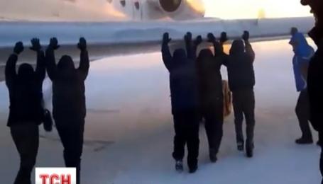 У Росії пасажирам довелося штовхати Ту-134, примерзлий до злітної смуги