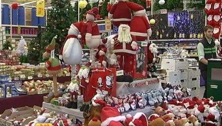 Магазины и рынки заполнены новогодними украшениями на любой вкус и кошелек