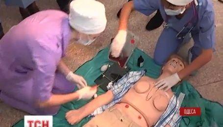 В Одесі вчать оперувати на роботах