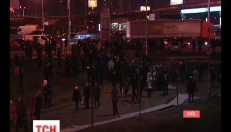 """Сегодня вечером активисты снова сломали забор возле метро """"Осокорки"""""""