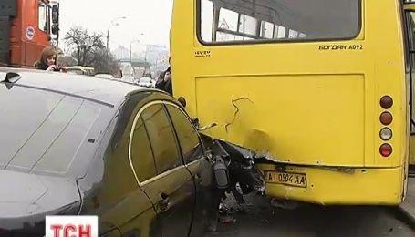 У Києві автомобіль BMW протаранив маршрутку з пасажирами