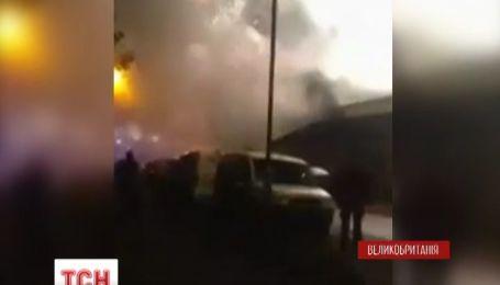 Крупный пожар на фабрике фейерверков произошел на западе Великобритании
