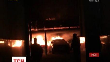 Десять елітних автомобілів згоріли на стоянці у Москві
