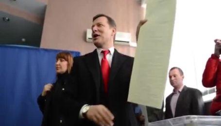 Ляшко проголосовал на избирательном участке в Киеве вместе с женой