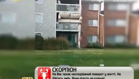 В сети появилась инструкция, как быстро спустить диван с любого этажа