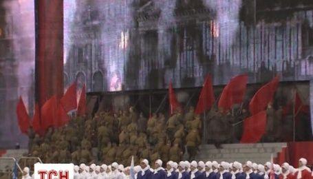 """На Красной площади солдаты """"штурмовали"""" Зимний"""