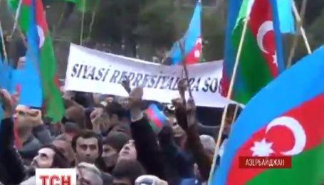 Несколько тысяч человек в центре Баку требовали отставки президента страны Ильхама Алиева