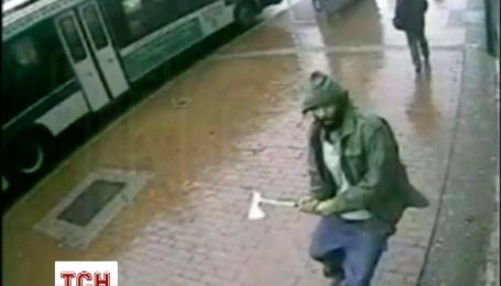 В Нью-Йорке неизвестный с топором напал на полицейских