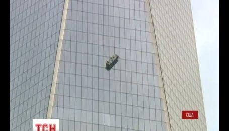 Двое мойщиков чуть ли не сорвались с 69 этажа Всемирного торгового центра в Нью-Йорке