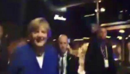 Меркель під галас натовпу завітала до австралійського пабу