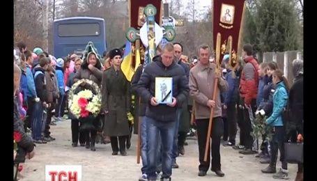 Із загиблими героями-кіборгами прощалися напередодні на Херсонщині та Рівненщині