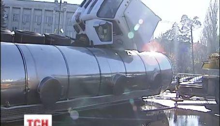 В Киеве в результате аварии на дорогу вытекло 20 тонн подсолнечного масла