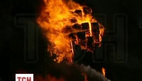 Более 100 пожарных пытаются потушить пожар на пластиковом заводе в Сиднее