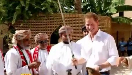 Принц Гарри в шутку пригрозил журналистам мечом