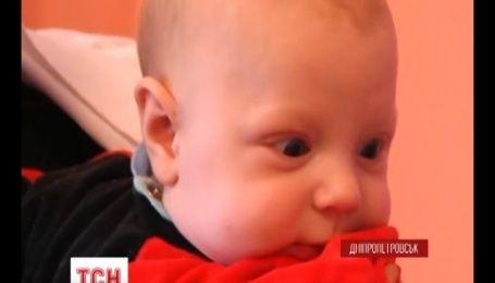 Трехмесячного младенца нашли на капоте машины в Днепропетровске