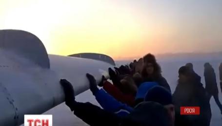 Пасажири рейсу Ігарка – Красноярськ допомагали літакові злетіти «вручну»