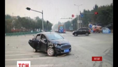 У Китаї пішохід дивом не потрапив у страшну ДТП