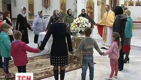Київські родини Героїв Небесної Сотні сьогодні зібралися на спільну молитву і зустріч з психологами