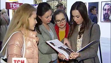 """В """"Мистецькому арсеналі"""" презентували книгу про історію Євромайдана очима журналістів ТСН"""